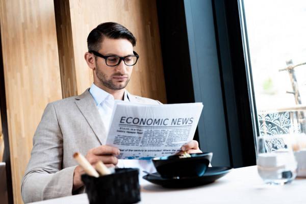 Аналитик назвал условия падения доллара до 50 рублей