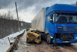 Фура смяла 'Фольксваген' на трассе: пострадал ребенок