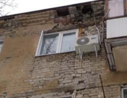 'Глаз народа'. Кирпичи из аварийного дома падают на прохожих и газовую трубу