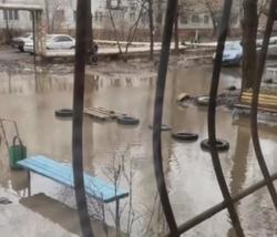 Подъезд дома затопило талой водой
