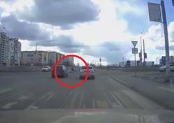 Юный нарушитель на самокате чудом увернулся от машин