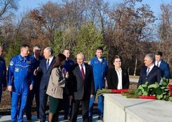 Путин возложил цветы к памятнику на месте приземления Гагарина