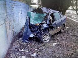 'Гранта' врезалась в забор, водитель погиб