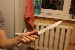 Две женщины вооружились в 'философском споре' ножом и табуретом