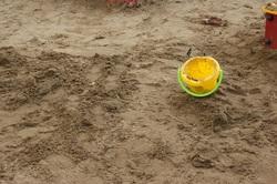 Горожанка получила посылку с песком вместо платьев