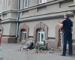 Часть балкона здания-памятника рухнула на тротуар
