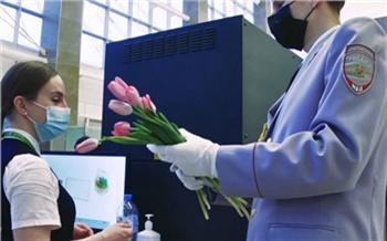 Красноярские полицейские в честь 8 Марта дали концерт в аэропорту и спели для пациентов Краевой больницы