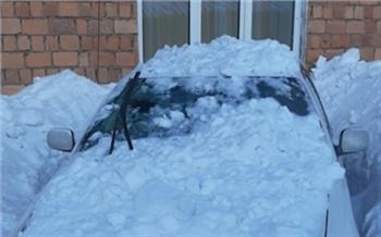 В Красноярске с крыши здания на автомобиль рухнула глыба снега