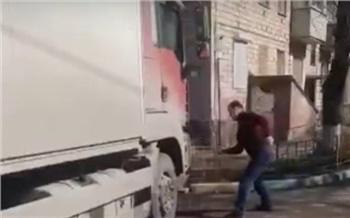Красноярец монтировкой разбил фары грузовику за перекрытый въезд во двор
