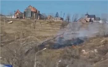 В Красноярске дети подожгли траву на Караульной горе