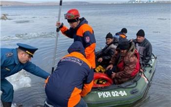 15 рыбаков эвакуировали с оторвавшейся от берега льдины в Красноярском крае