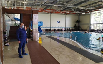 В Красноярском крае 5-летний мальчик чуть не утонул в бассейне частного аквацентра. Началась проверка