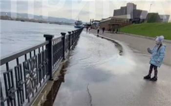 В Красноярске поднялся уровень воды в Енисее. Подтоплен нижний ярус набережной в районе Вантового моста