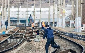 «Запнулся — и ты уже под поездом»: красноярский фотограф поразился безрассудности перебегающих ж/д пути красноярцев