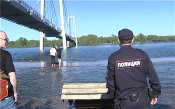 Уровень воды в Енисее поднялся еще на 24 см. На затопленной красноярской набережной появились заборы и полиция