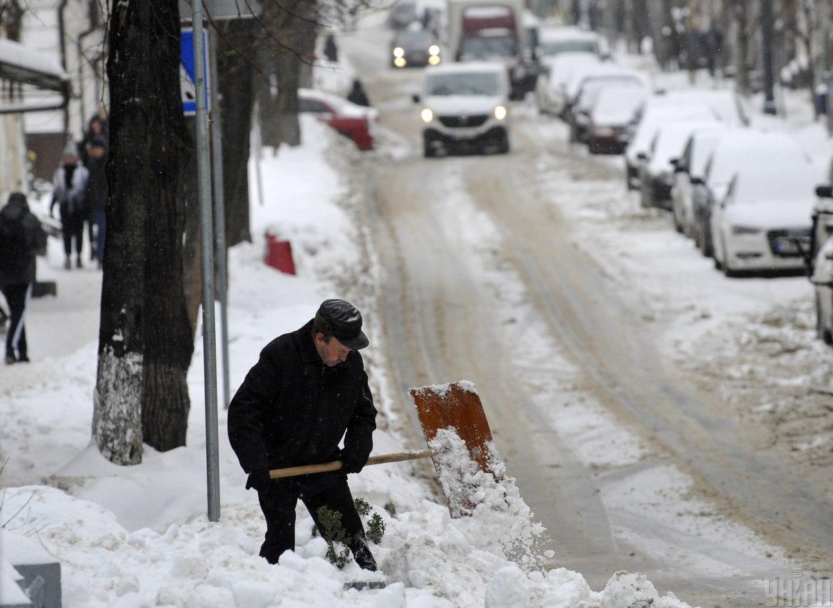 Снег, гололед и мощные порывы ветра: сегодня в Украине будет бушевать непогода