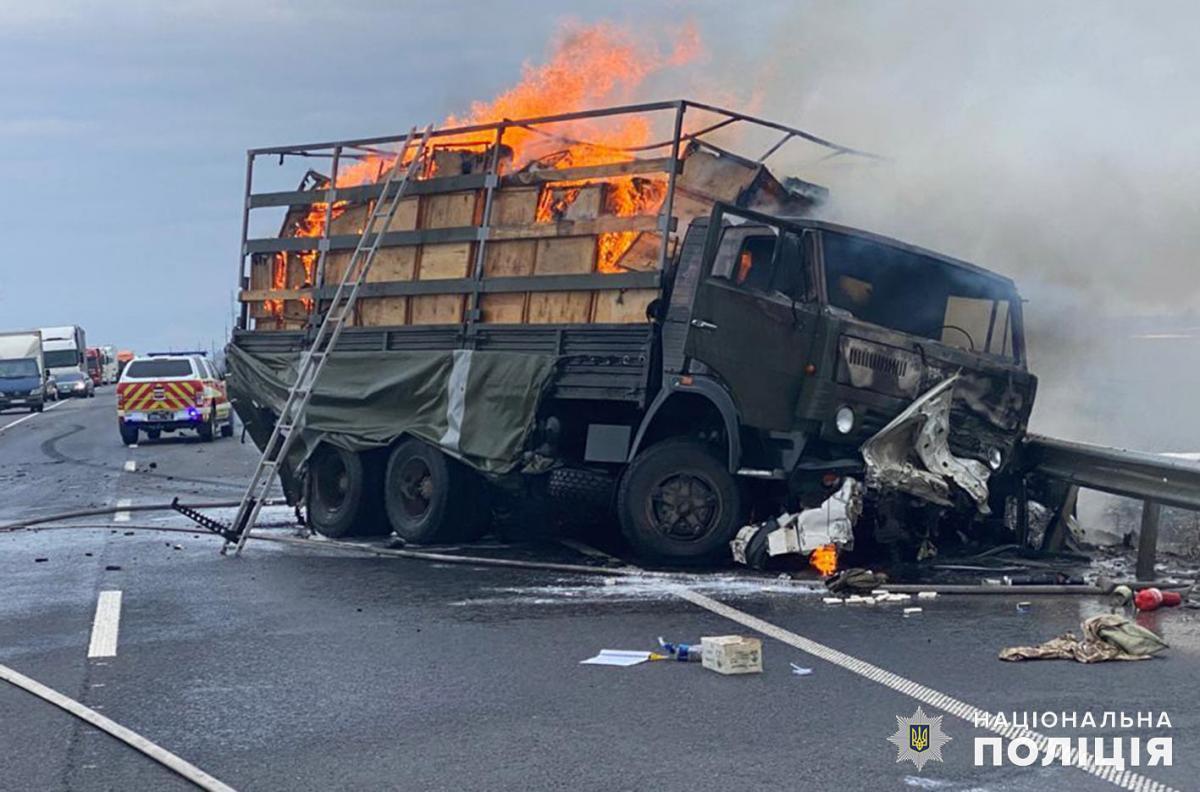 В Хмельницкой области в результате ДТП загорелся военный 'КамАЗ': погибли два человека