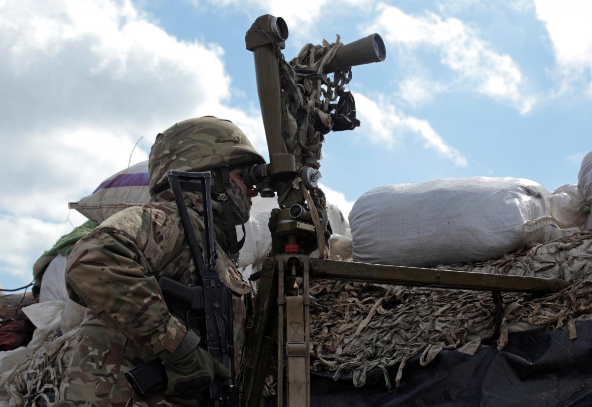 Оккупанты на Донбассе из стрелкового оружия трижды обстреляли украинские позиции