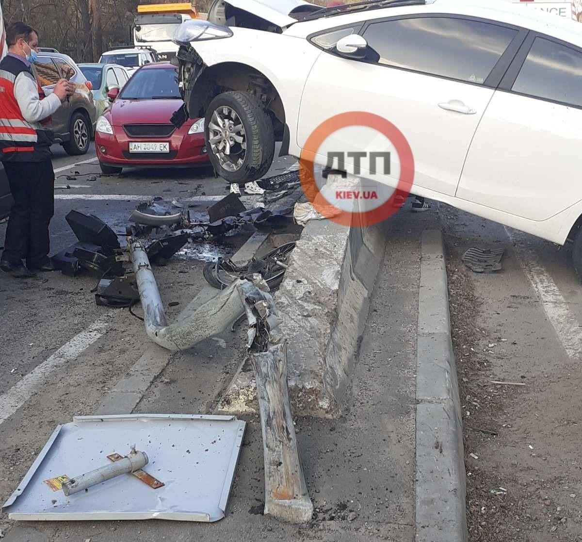 В Киеве авто на скорости сбило велосипедиста и застряло на отбойнике