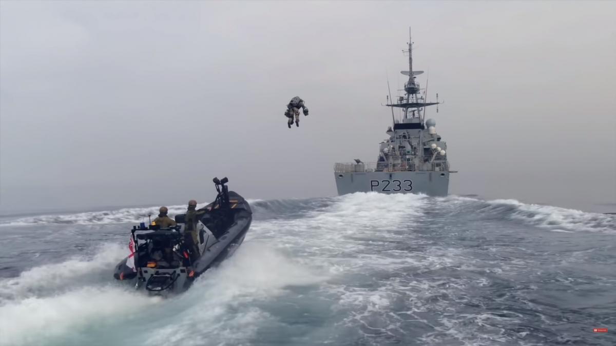 Британские морпехи отработали тактику захвата корабля при помощи 'джетпака'