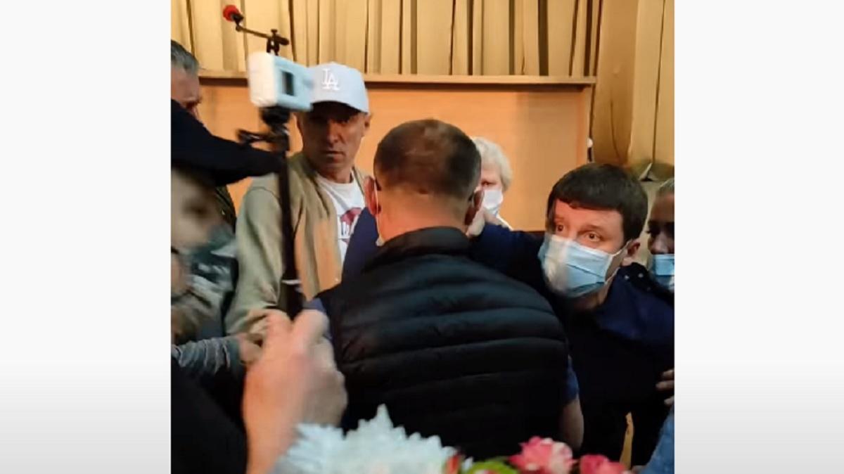 Под Киевом депутат ударил по голове коллегу после заседания – та в больнице