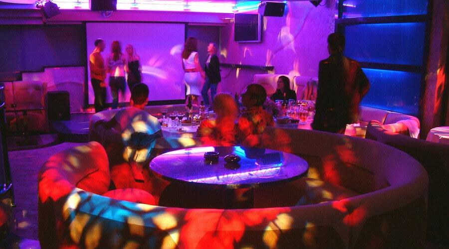 В Санкт-Петербурге до 30 апреля продлили запрет на проведение публичных мероприятий и работу ночных клубов