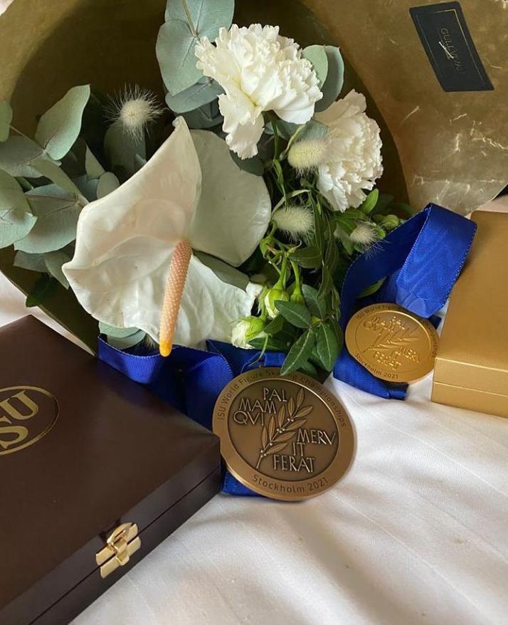 Александра Трусова показала медаль с первого чемпионата мира во взрослой карьере