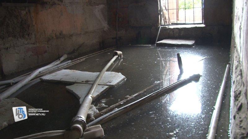 В Курске 10 дней заливает водой пятиэтажку на улице Нижняя Луговая