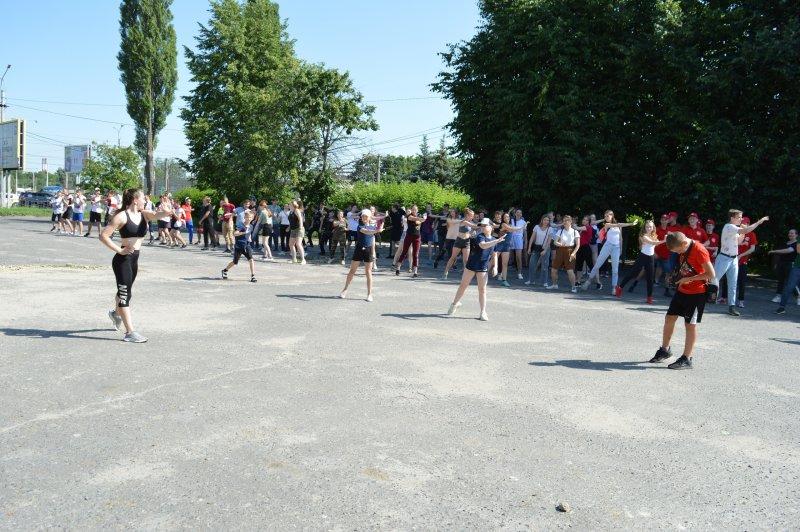 В Курске 23 июня провели общегородскую зарядку возле центра «Гелиос»
