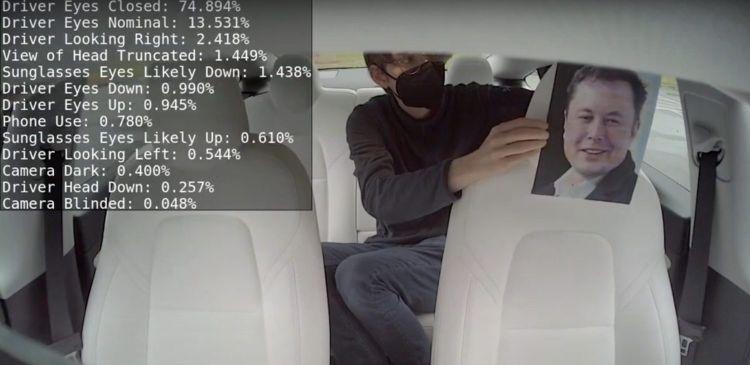 Tesla только сейчас начала использовать камеру в салоне для слежения за состоянием водителя