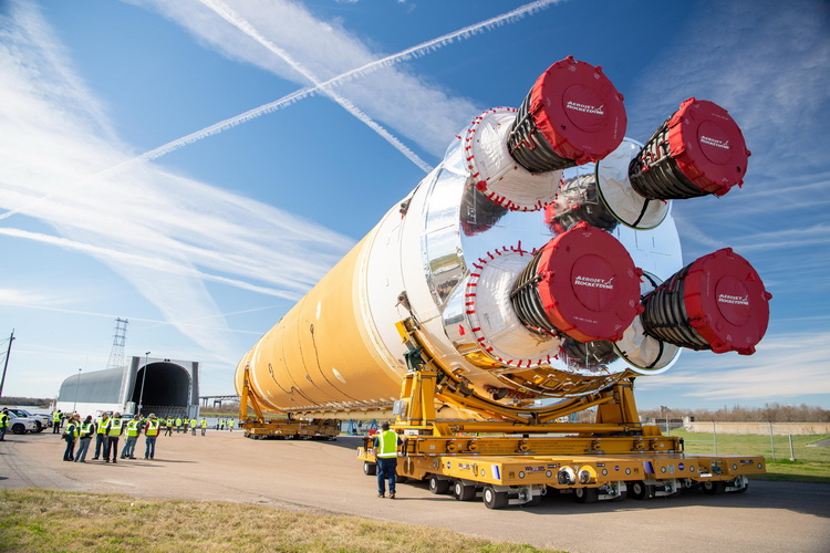 NASA показало собранную сверхтяжёлую ракету SLS для полётов к Луне