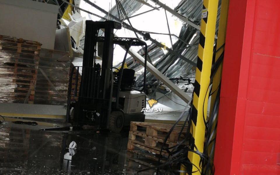 В Новосибирске рухнула крыша распредцентра 'Магнита' в здании за 2 млрд рублей