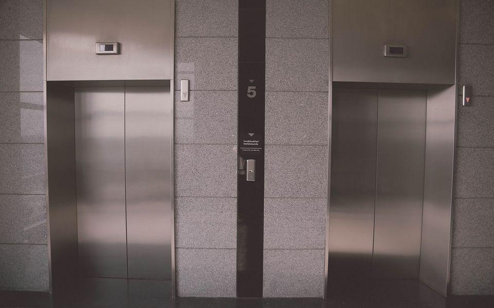 В Барнауле упавшее в лифте зеркало едва не поранило девочку