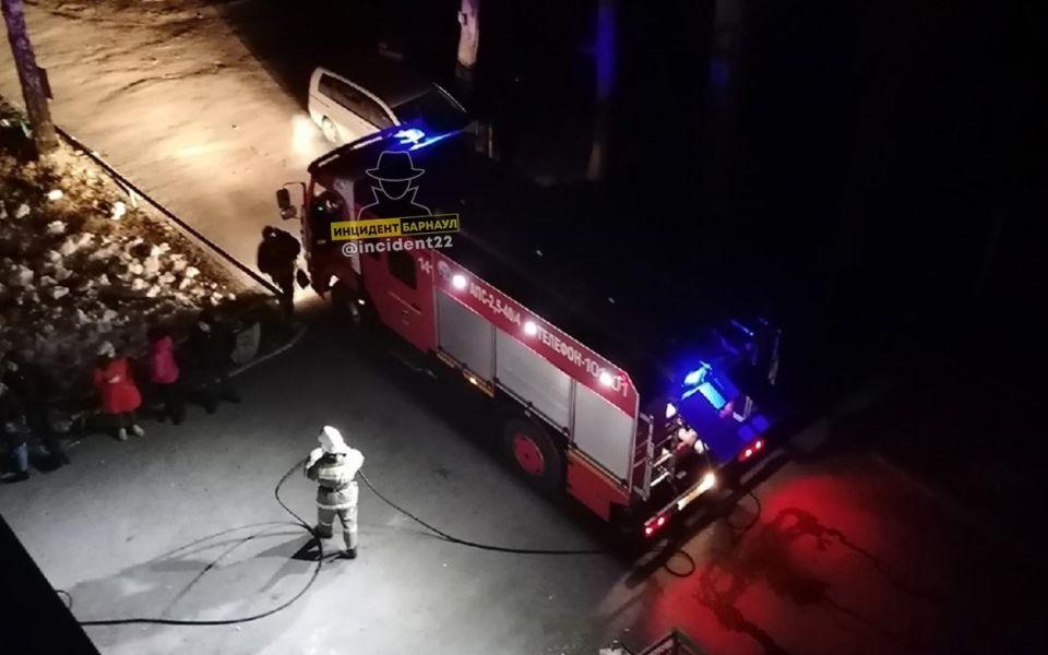 'Откачать не смогли': один человек погиб на пожаре в Барнауле