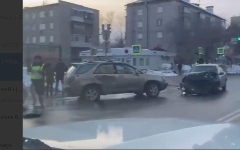 Появились кадры с места дорожной аварии в центре Барнаула