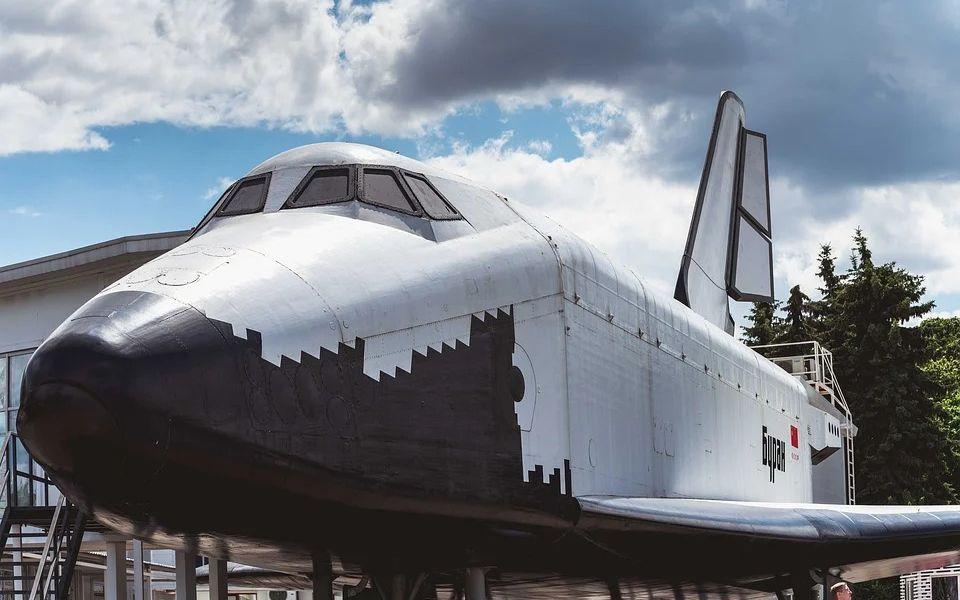 В Барнауле установили макет космического корабля 'Буран'