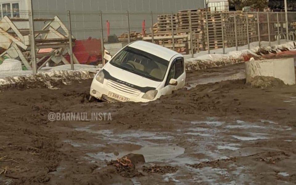 Жители барнаульского квартала 'Адмирал' тонут в грязи