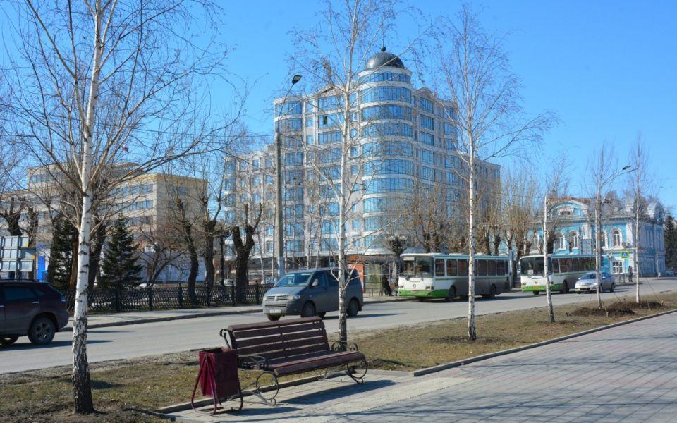 С приходом весны на улицы Барнаула возвращают скамейки
