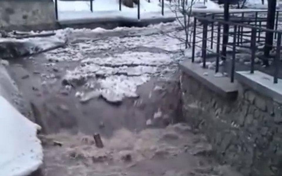 Бурный сход воды с гор сняли на видео в Белокурихе