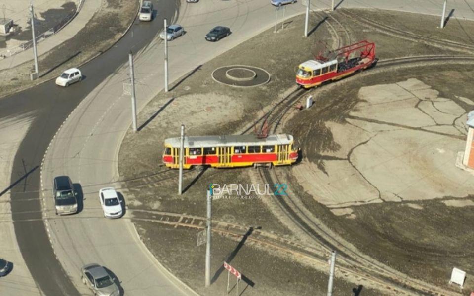 Соцсети: два трамвая сошли с рельсов на кольце в Барнауле