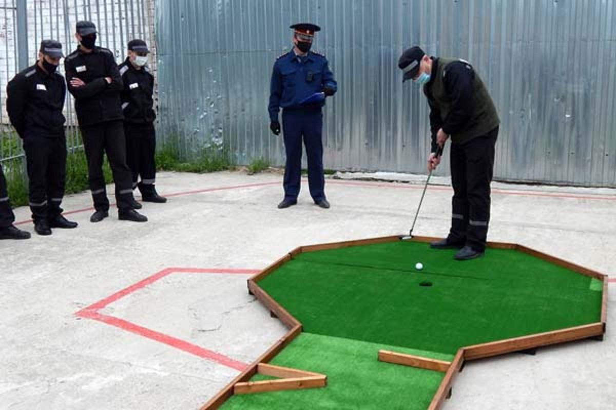 Осужденные в Тверской области учатся играть в мини-гольф