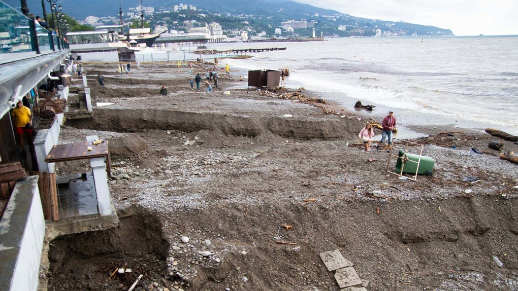 Курорты Крыма затопило после сильных ливней. Жуткие кадры
