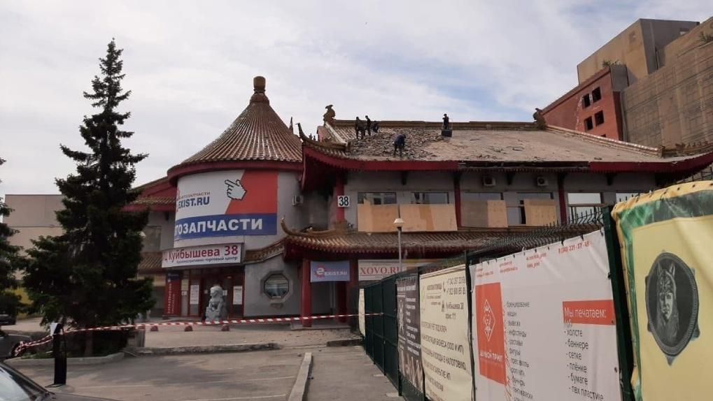 Зачем рабочие разбирают крышу здания ресторана «Харбин»? Объясняет собственник
