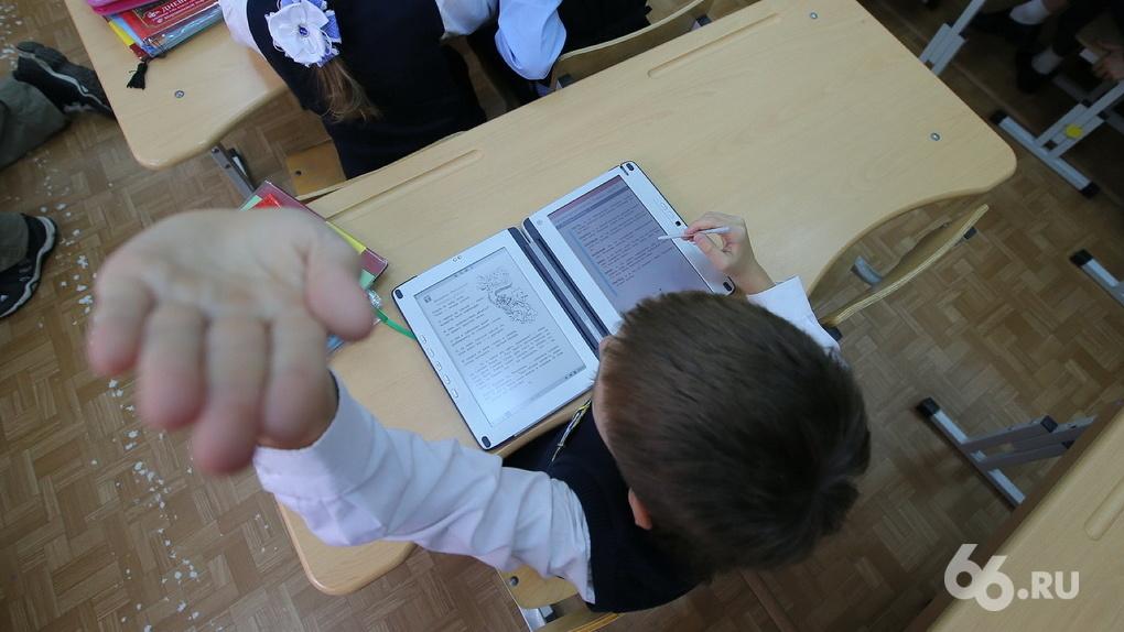 «Избежишь уголовки — выгонят из школы». Детям на уроке объяснили, чем грозит выход на акцию за Навального