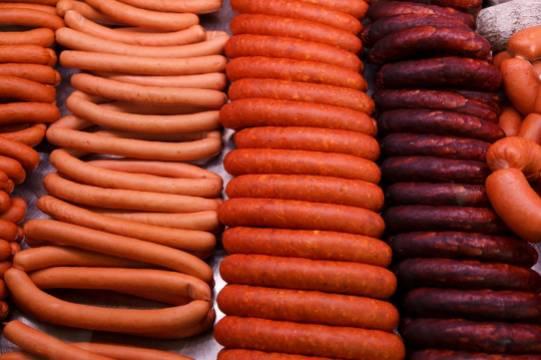 Мясников предложил запретить рекламу колбасы
