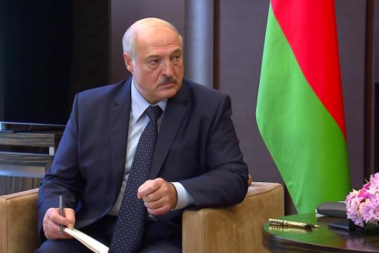 Лукашенко раскритиковал чиновников за позицию «спрятавшихся под плинтус»