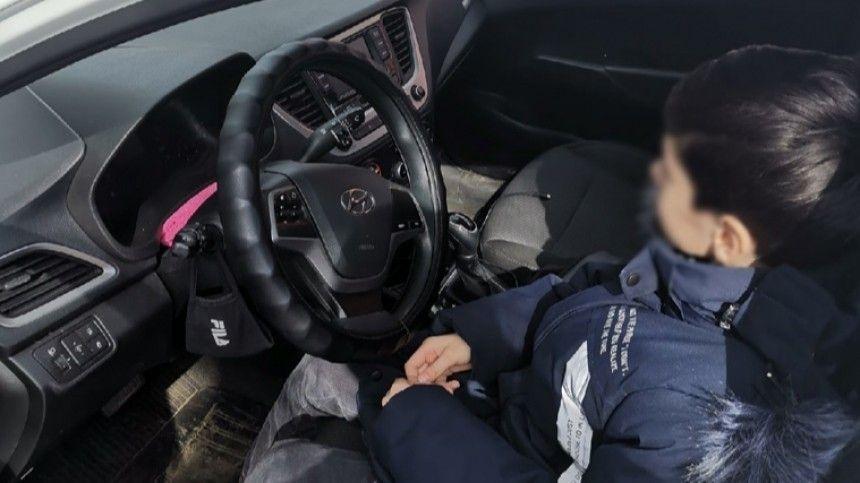 Ребенок за рулем авто устроил аварию в Петербурге и прокатил очевидца на капоте