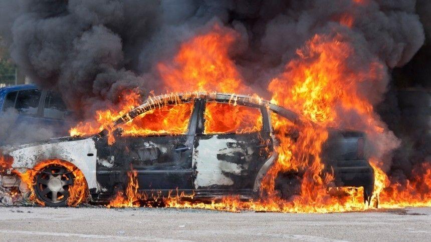 Автомобиль вспыхнул после огненного дрифта в Петербурге — видео