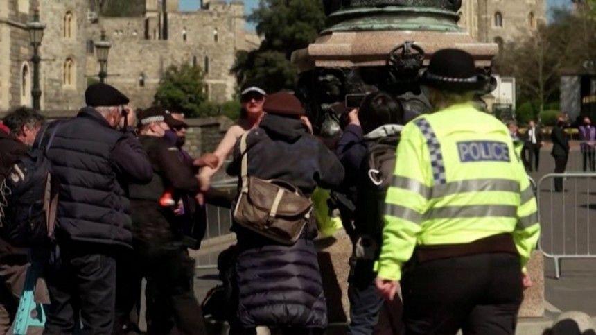 Видео: полуголая женщина пыталась сорвать похороны принца Филиппа