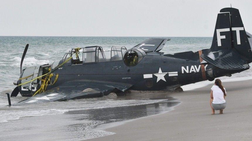 Торпедоносец времен Второй мировой неожиданно приземлился на пляже